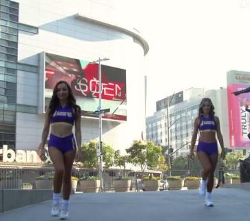 接着奏乐接着舞!湖人啦啦队在斯台普斯球馆外跳舞庆祝