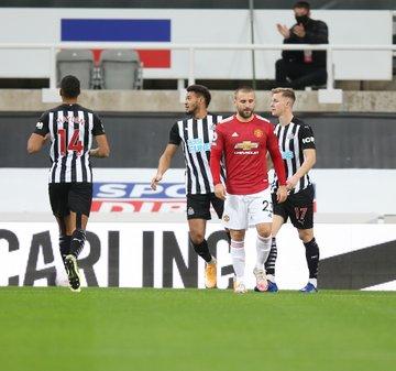 GIF:卢克-肖被折射自摆乌龙,纽卡开场1分钟领先曼联