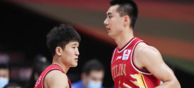 姜伟泽、崔晋铭全场合计取得38分7抢断