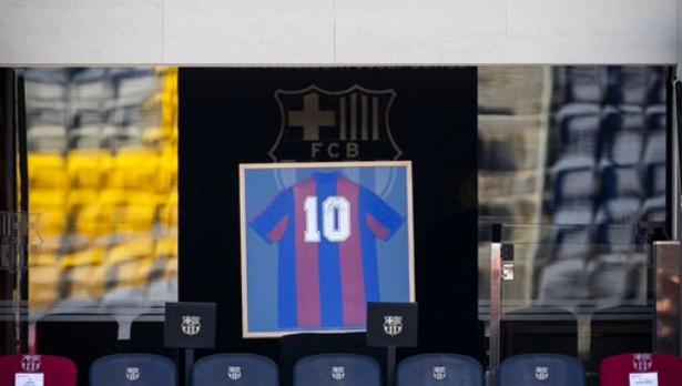GIF:巴萨奥萨苏纳赛前双方球员为马拉多纳默哀
