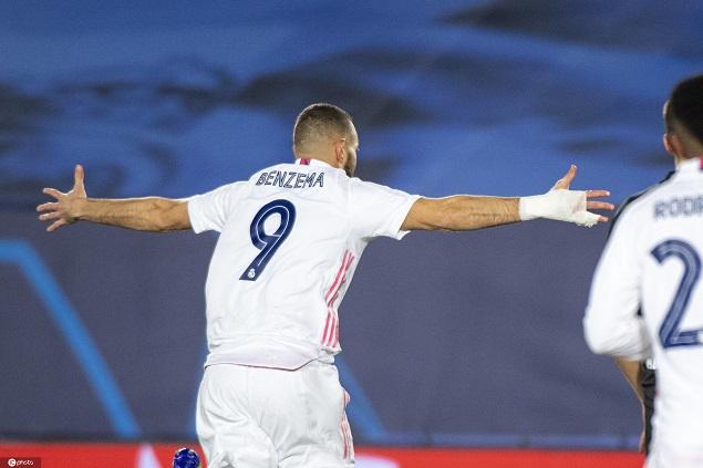 欧冠:本泽马头球梅开二度+中框,皇马2-0门兴头名出线