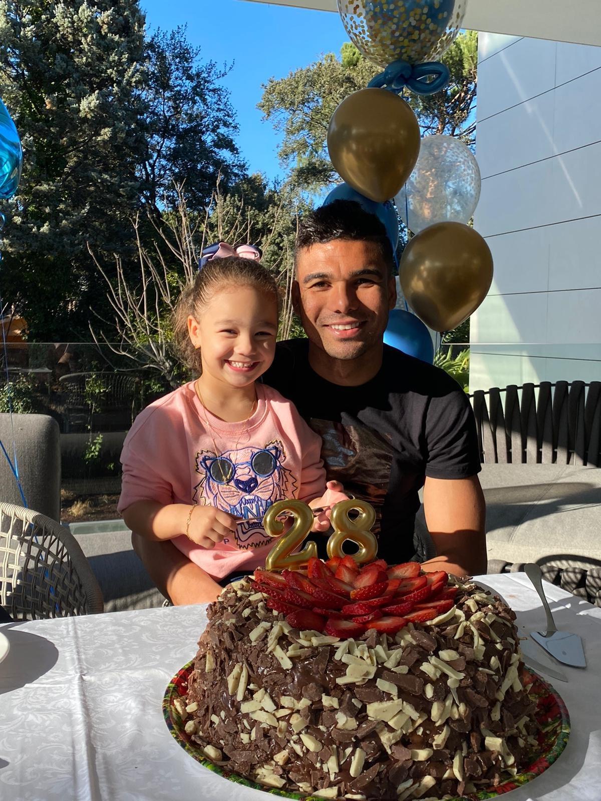 生快!卡塞米罗迎来28岁生日,抱着女儿同生日蛋糕合影