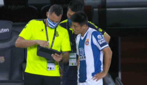 GIF:人员调整,武磊第86分钟替补登场,罗卡被换下