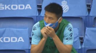 GIF:未能代表球队首发,武磊专注观看比赛
