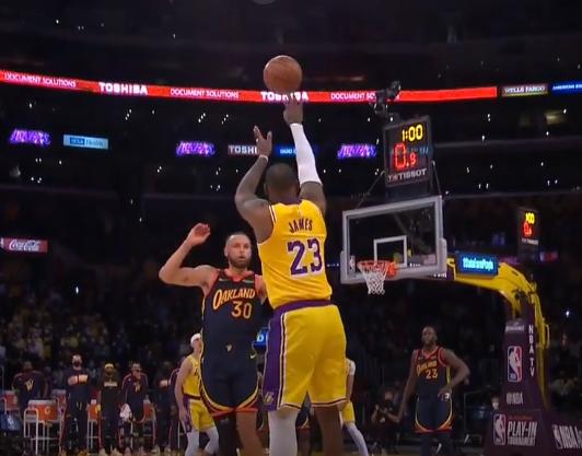 詹姆斯:被格林戳眼后我看到三个篮筐,就出手瞄准中间那个